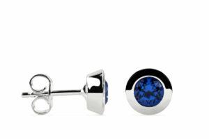 Zwei Ohrstecker in Royal Blue auf weißem Hintergrund von Fritsch Sterling, links in der Seitenansicht, rechts frontal