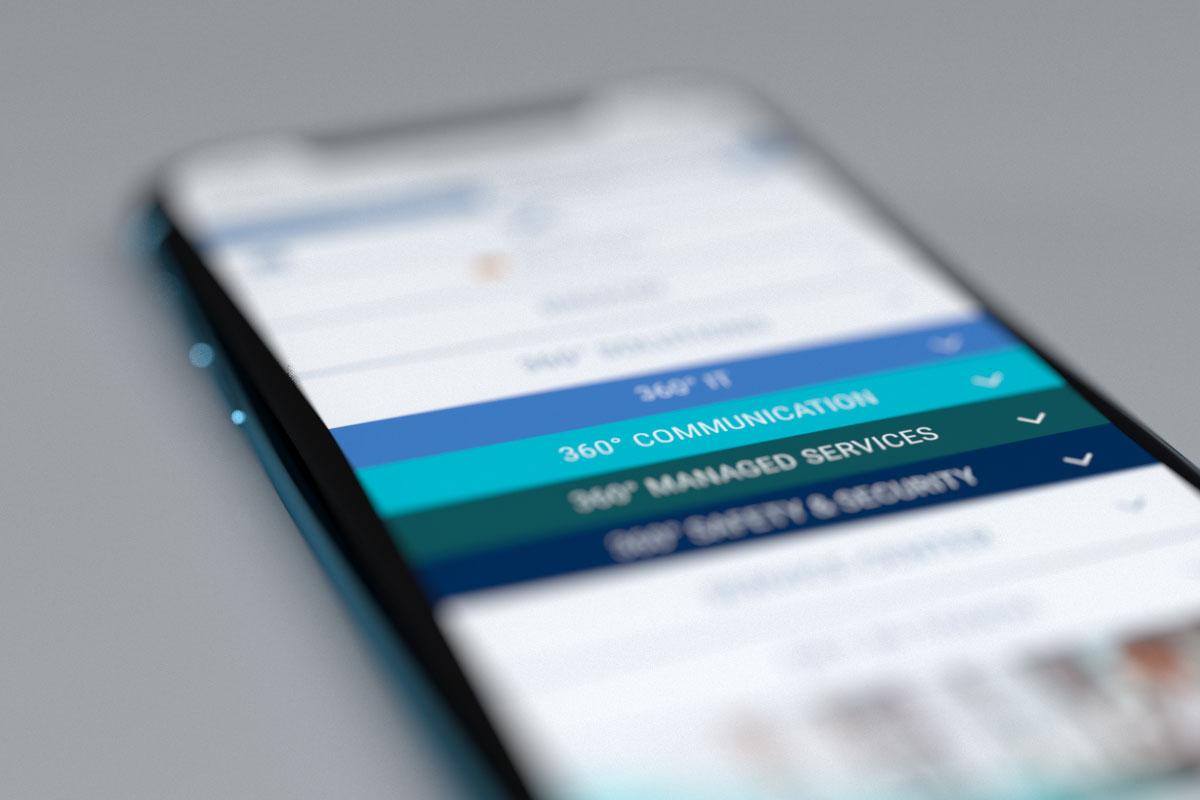 BREKOM-Website in der mobilen Ansicht auf einem Smartphone