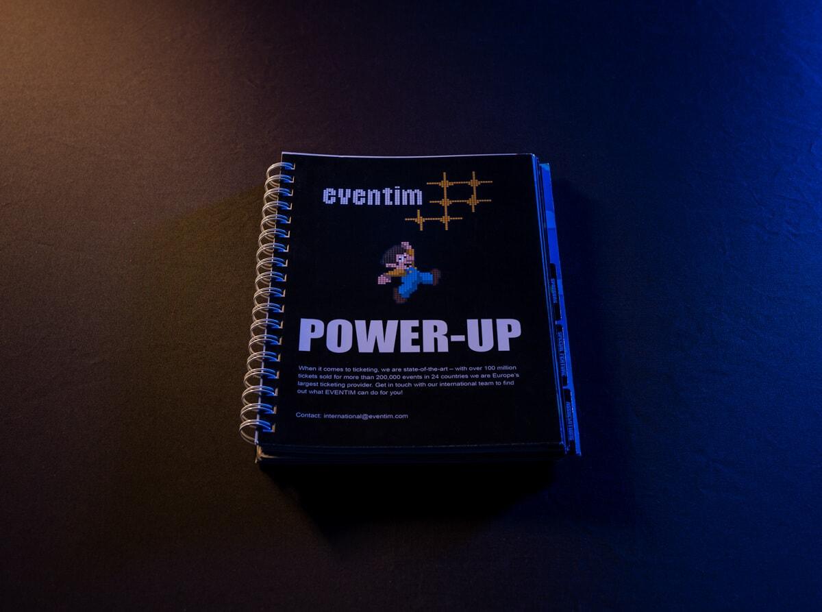 """Eventim-Anzeige zeigt ein pixeliges Männchen im Super-Mario-Stil, darunter steht die Headline """"Power-up""""a"""