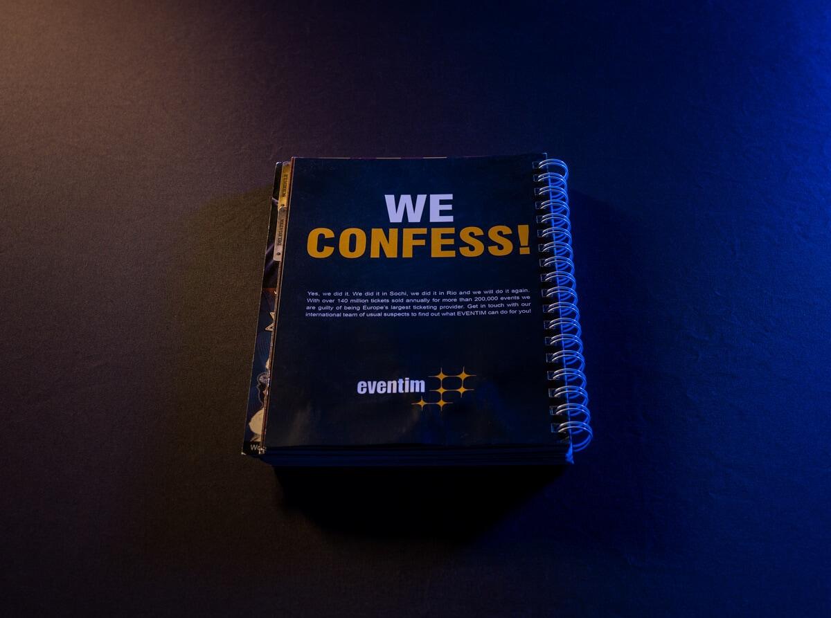 """Eventim-Anzeige """"We Confess"""" in einem Ringbuch"""