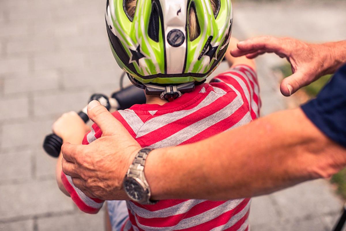 Kind lernt Radfahren