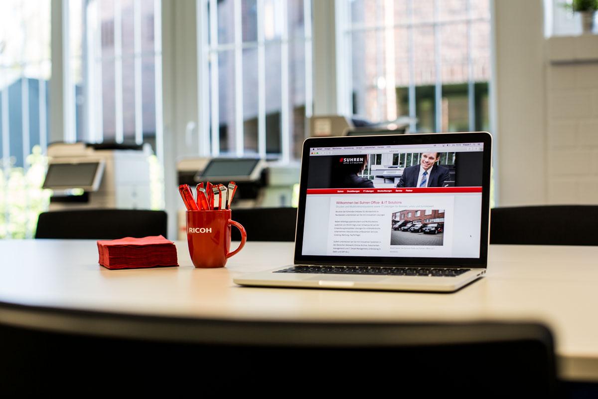Suhren-Website präsentiert auf einem Notebook, das auf einem Tisch im Suhren-Showroom steht