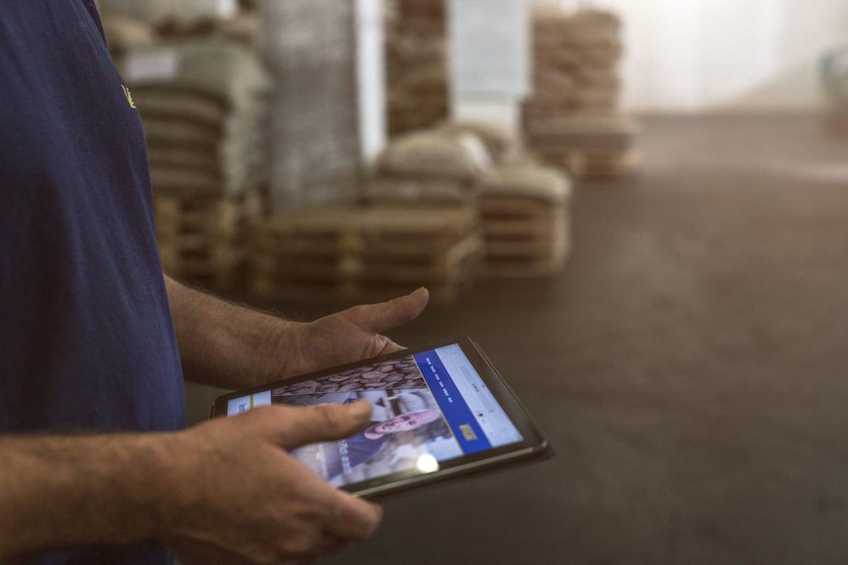BIld zeigt einen Menschen, der sich gerade die Vollers-Website auf dem Tablet anschaut