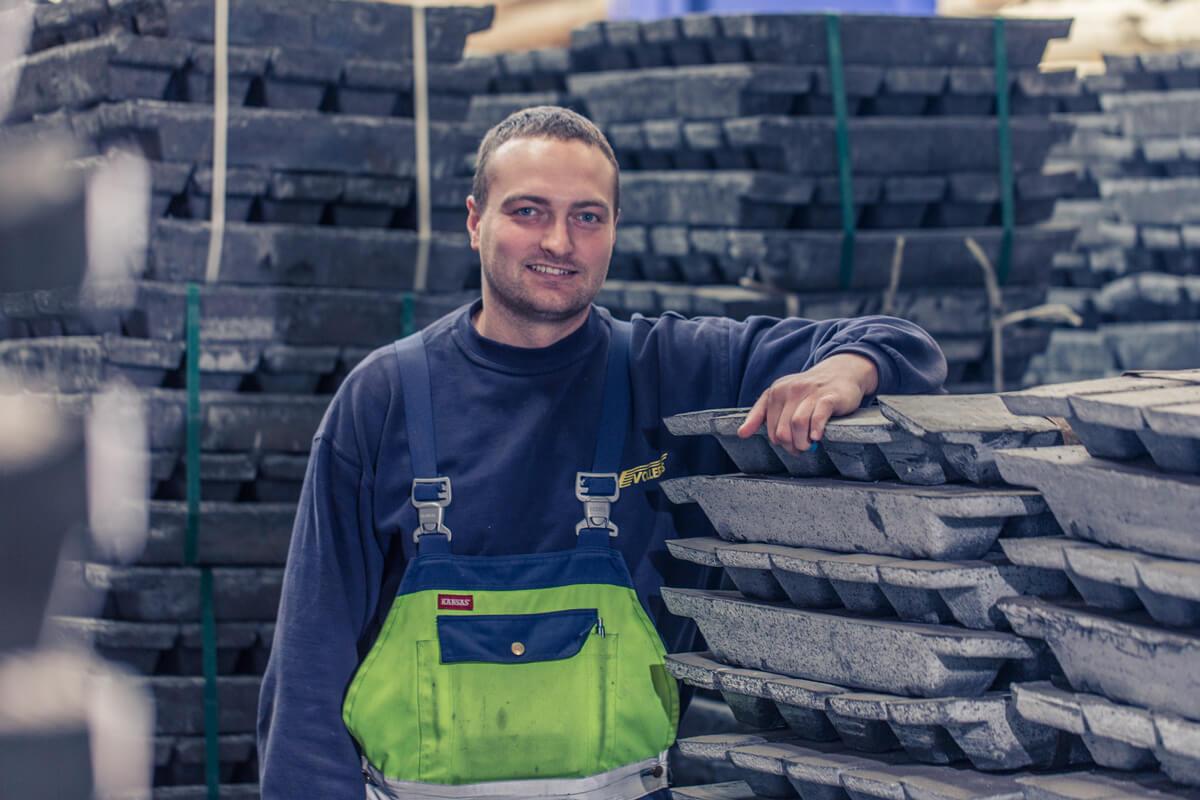 Vollers-Mitarbeiter im Metall-Rohstoff-Lager