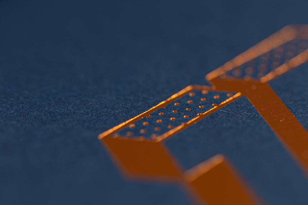 Close-Up der Heißfolienprägung der Glückwunschkarten