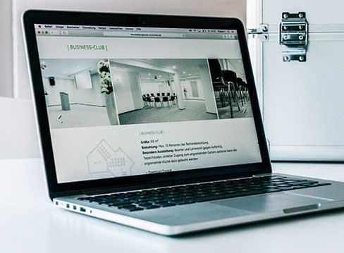 Freiraum-Website präsentiert auf einem Notebook