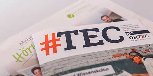 Die Kundenmagazine #TEC und Meine Hörwelten liegen aufgefächert übereinander