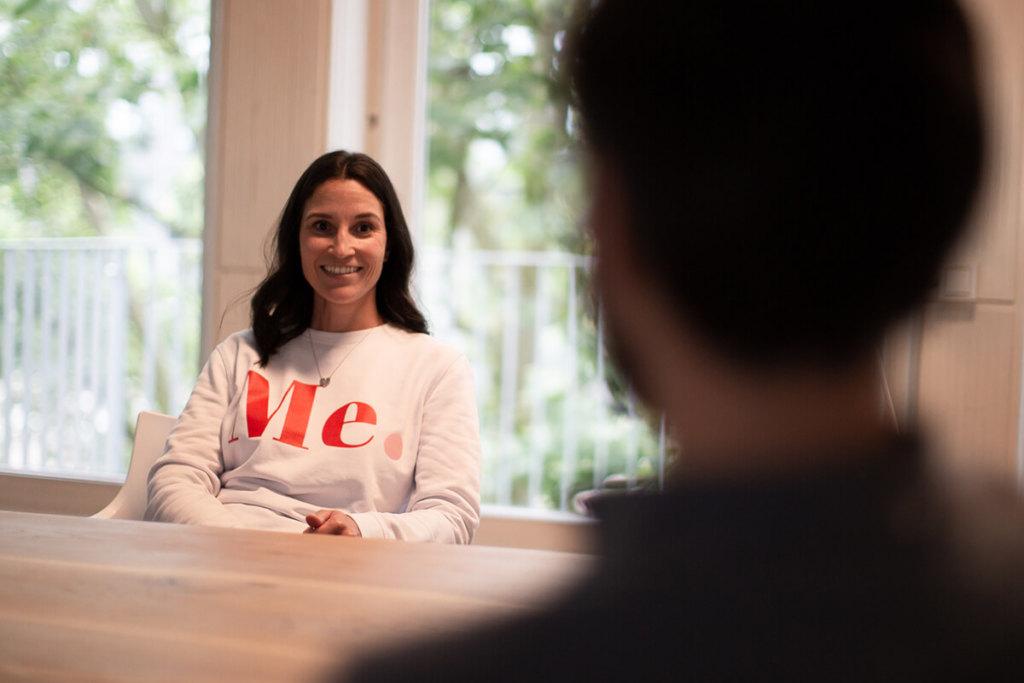 Foto unserer neuen Auszubildenden für Mediengestaltung Ines Silberzahn beim Interview