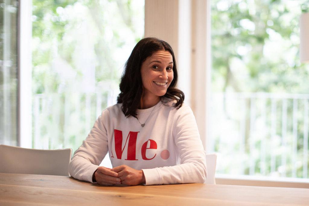 Foto unserer neuen Mediengestaltung Azubi Ines Silberzahn – freudig nach dem Interview
